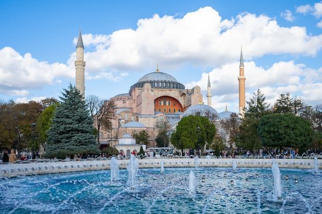 Istanbuł linia horyzontu z hagia sophia w istanbuł mieście, turcja Premium Zdjęcia