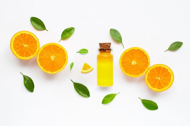 Istotny Olej Z świeżą Pomarańczową Cytrus Owoc Z Liśćmi Odizolowywającymi Na Bielu Premium Zdjęcia