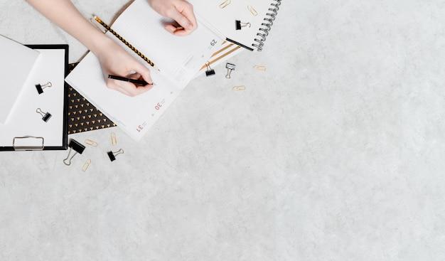Izolacja I Praca Z Płaskiej Koncepcji Domu. Ołówki, Notatnik, Nożyczki Do Linijek I Spinacze Do Papieru. Widok Z Góry Widok Poziomy Copyspace Powrót Do Koncepcji Szkoły Premium Zdjęcia