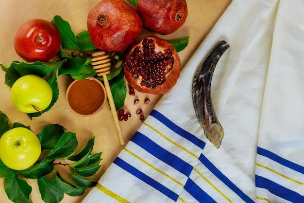 Izrael Talit Z Szofarem I Pokarmem Na Rosz Haszana. święto Religijne. Premium Zdjęcia
