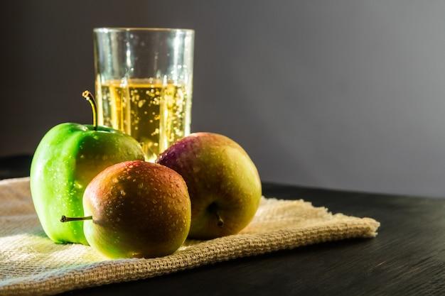 Jabłka I Musujące Wino Jabłkowe Premium Zdjęcia