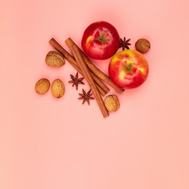 Jabłka I Przyprawy Na Różowym Stole, Leżały Płasko Premium Zdjęcia