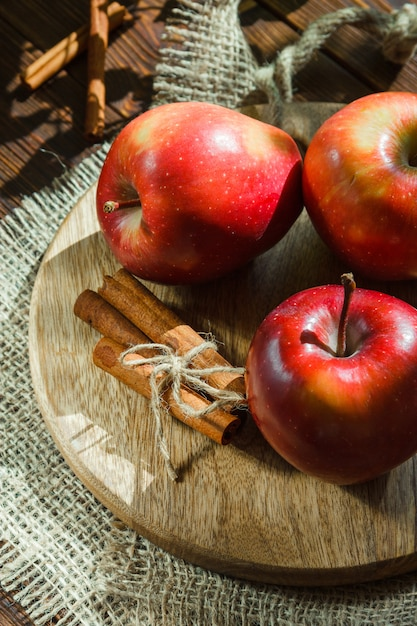 Jabłka Z Laskami Cynamonu Na Desce Do Krojenia Darmowe Zdjęcia