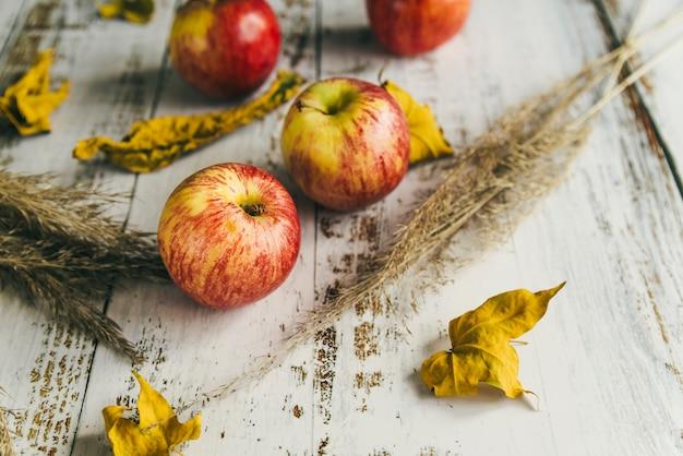 Jabłka Z Suchymi Liśćmi Na Podławym Stole Darmowe Zdjęcia