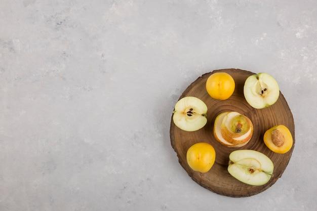 Jabłko, Gruszka I Brzoskwinie Na Kawałku Drewna, Widok Z Góry Darmowe Zdjęcia