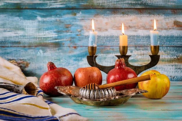 Jabłko I Miód, Koszerne Tradycyjne Potrawy Z żydowskiego Talitu Noworocznego Rosz Ha-szana I Szofar Premium Zdjęcia