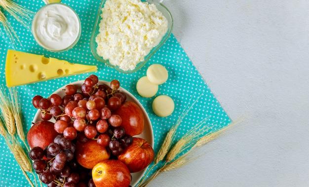 Jabłko, Mleko Z Winogron I Produkty Mleczne, Twarożek Na Szawuot Premium Zdjęcia