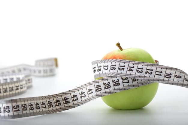 Jabłko Z Miarką Na Białym Tle Premium Zdjęcia