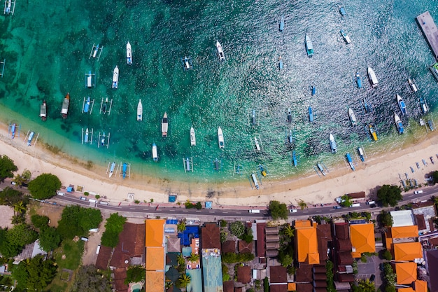 Jacht I Turystyczna łódź Na Błękitnej Wodzie Morskiej W Tropikalnej Lagunie Blisko Linii Brzegowej Premium Zdjęcia