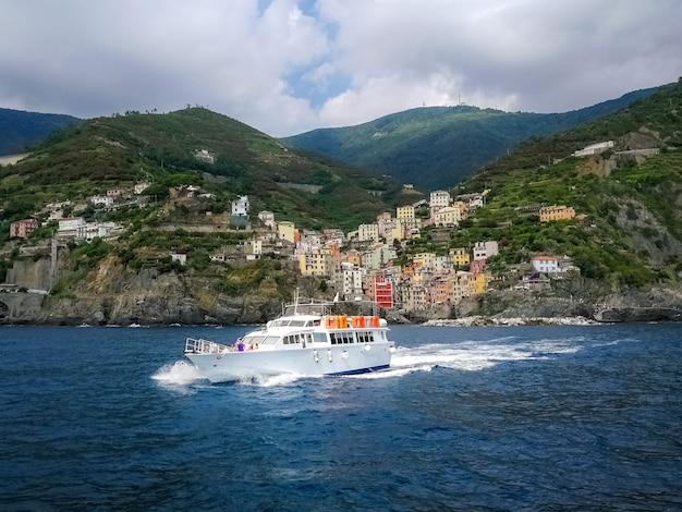 Jacht Pływający W Pobliżu Nadmorskiej Miejscowości Riomaggiore We Włoszech Darmowe Zdjęcia