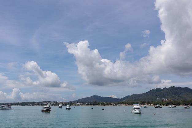 Jachtu Rejsu Klubu Molo Na Słonecznym Dniu Przy Phuket, Tajlandia Premium Zdjęcia