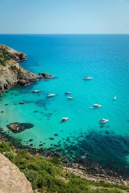 Jachty w zatoce błękitnego tropikalnego morza Premium Zdjęcia