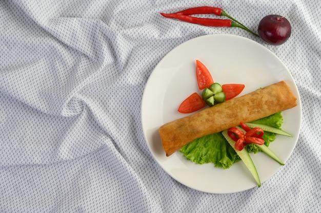 Jajeczna Rolka Lub Smażyć Wiosen Rolki Na Białym Półkowym Tajlandzkim Jedzeniu. Widok Z Góry. Darmowe Zdjęcia