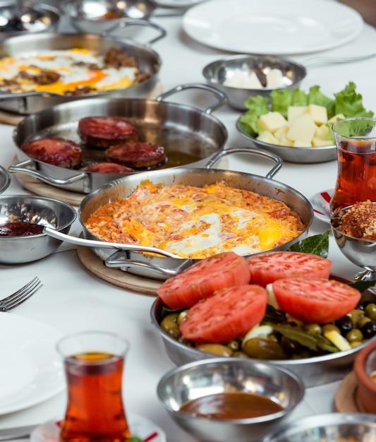Jajecznica Z Pomidorami I Smażonymi Kiełbasami Darmowe Zdjęcia