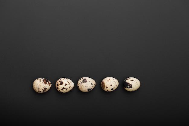 Jajka przepiórcze na ciemnym tle Darmowe Zdjęcia