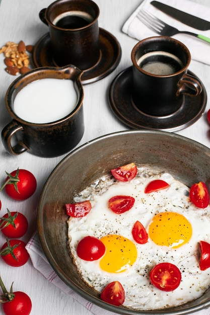 Jajka Sadzone Z Pomidorami I Kawą Darmowe Zdjęcia