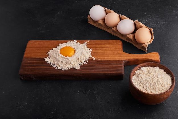 Jajko I Mąka Zmieszane Ze Sobą Na Desce. Darmowe Zdjęcia