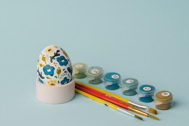Jajko Kurze Malowane W Kwiatowy Wzór. Zrób To Sam Na Wielkanoc Z Dziećmi. Dekoracja Botaniczna Premium Zdjęcia