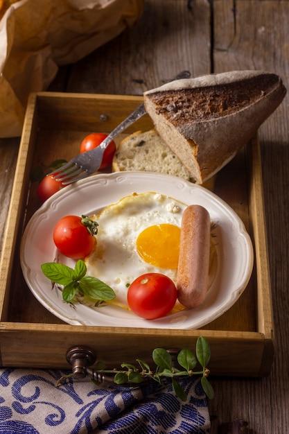 Jajko sadzone z hot-dogiem i pomidorami Darmowe Zdjęcia