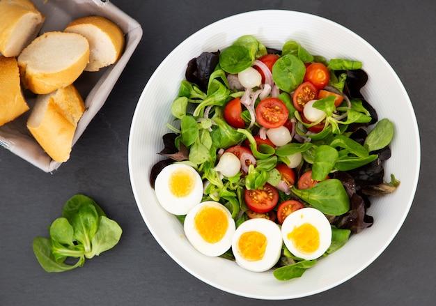 Jajko Sałatkowe Zmieszane Ze Słodkimi Pomidorami, Marynowanym Czosnkiem, Cebulą I Szpinakiem To Zdrowa Dieta Na Każdy Posiłek. Premium Zdjęcia
