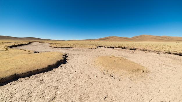 Jałowy krajobraz na wyżynach boliwijskich andów Premium Zdjęcia