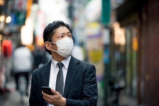 Japoński Biznesmen W Tokio Z Formalnym Garniturem Premium Zdjęcia