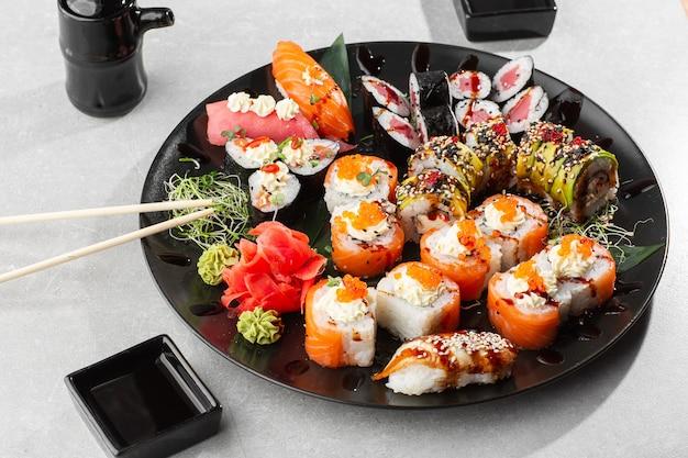 Japoński Zestaw Sushi. Zestaw świeżych Maki Z Tuńczyka, Nigiri Z łososia I Smoczych Rolek Sushi Premium Zdjęcia