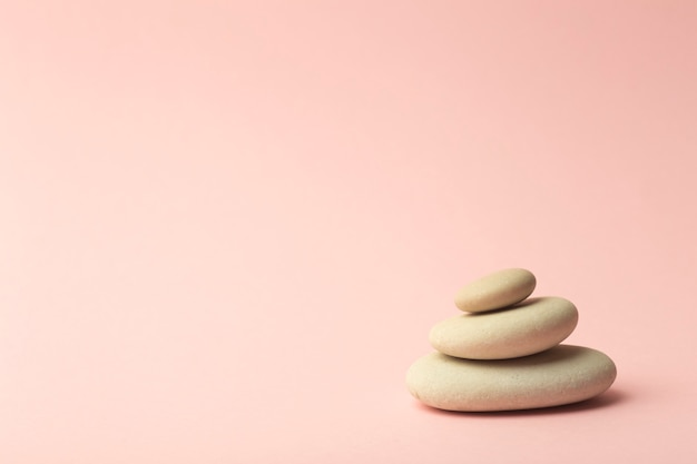 Japońskie Kamienie (kamienne Wieże) Do Spa, Medytacji I Relaksu Na Różowo Premium Zdjęcia
