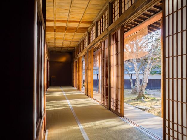 Japońskie Stare Drzwi I Styl Korytarza Ze światłem Słonecznym Premium Zdjęcia