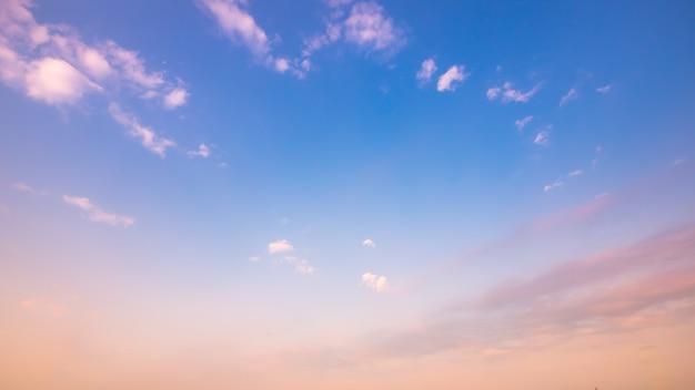 Jasne i zachmurzone niebo z chmurą w lecie Premium Zdjęcia
