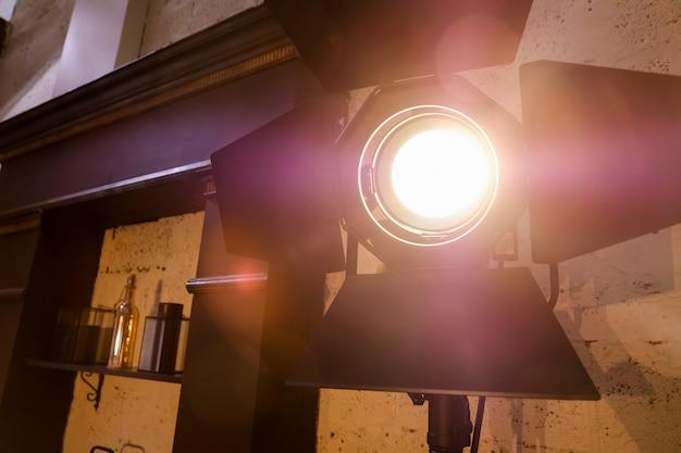 Jasne oświetlenie studio we wnętrzu pokoju. filmowe światło. Premium Zdjęcia