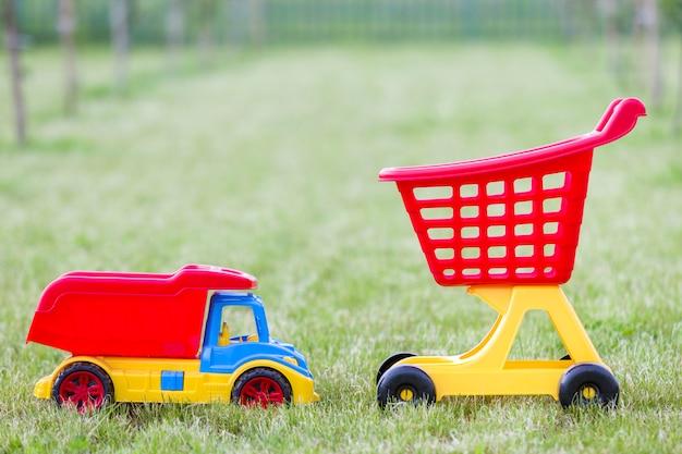 Jasne Plastikowe Kolorowe Zabawki Dla Dzieci Na Zewnątrz W Słoneczny Letni Dzień. Premium Zdjęcia