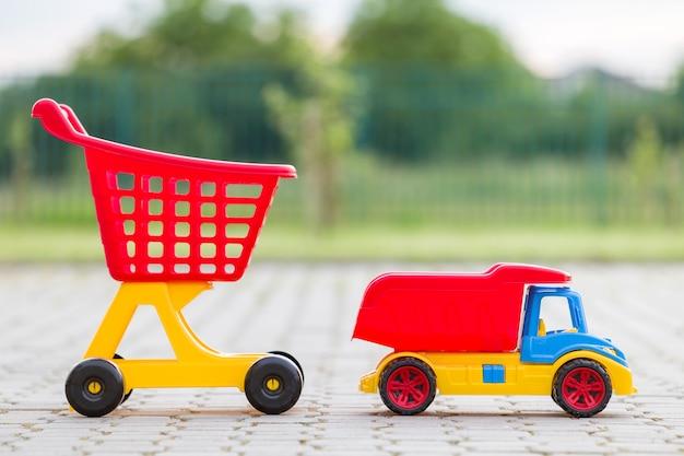 Jasne plastikowe kolorowe zabawki dla dzieci na zewnątrz Premium Zdjęcia
