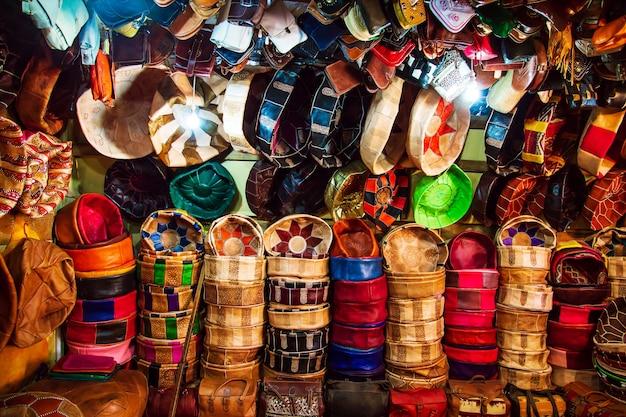 Jasne Skórzane Torby Na Rynku Marokańskim. Ręcznie Robione Pamiątki, Fez, Maroko. Premium Zdjęcia
