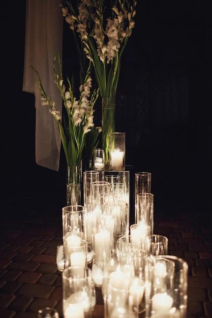 Jasne świece Pali Się Na Podłodze Zdjęcie Darmowe Pobieranie