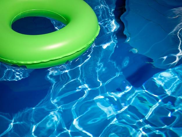Jasnozielony Pierścień życia Pływający Na Niebieskiej Turkusowej Wodzie Premium Zdjęcia