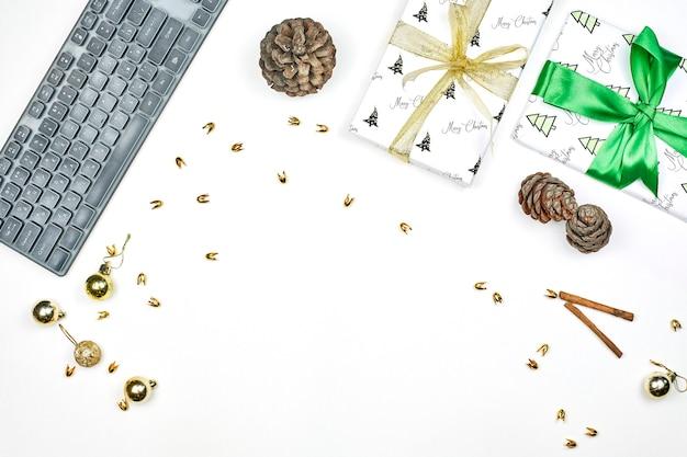 Jasny Biurowy Obszar Roboczy Prezenty świąteczne, Dekoracje Xmas Na Białym Tle. Premium Zdjęcia