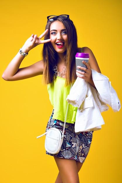 Jasny Pozytywny Portret Mody ładnej Młodej Kobiety, Stylowy Modny Neon, Elegancki Casual, Słodkie Emocje, Kolorowy Pop Darmowe Zdjęcia