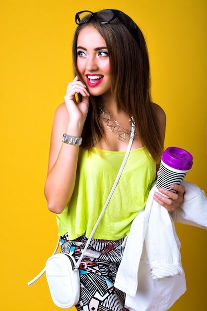 Jasny Pozytywny Portret Mody ładnej Młodej Kobiety, Stylowy Modny Neon, Elegancki Dorywczo, Słodkie Emocje Darmowe Zdjęcia