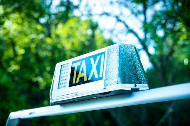 Jasny znak z napisem taxi na samochód. Premium Zdjęcia
