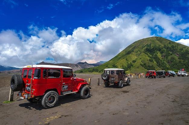Java, Indonesia-arpil 24,2017: Jeep Turystyczny 4x4 Do Wynajęcia Turystycznego W Mount Bromo We Wschodniej Jawie, Indonezja Darmowe Zdjęcia