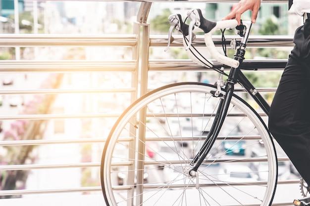 Jazda na rowerze na podwyższonym moście nad korkiem miejskim Premium Zdjęcia