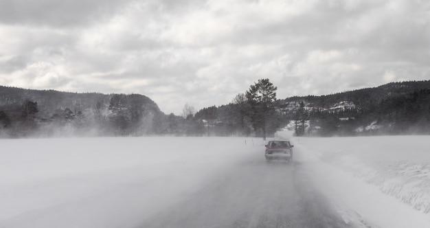 Jazda Samochodem W Zamieci Zimowej Na Zaśnieżonej Drodze W Norwegii Premium Zdjęcia