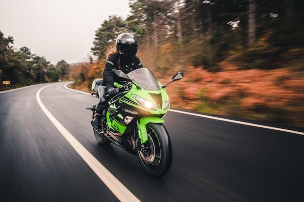 Jazda Zielonym Motocyklem W Kolorze Neonowym Na Drodze. Darmowe Zdjęcia