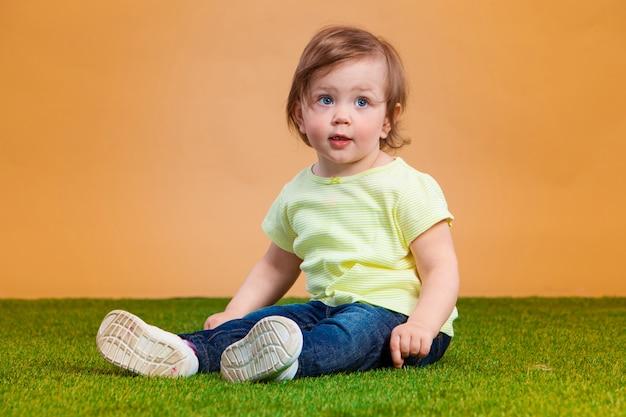 Jedna śliczna Dziewczynka Na Pomarańcze Darmowe Zdjęcia