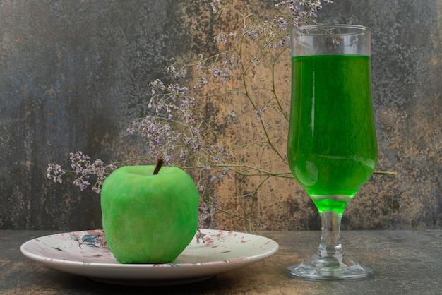 Jedno świeże Zielone Jabłko Ze Szklanką Zielonej Wody Na Ciemnym Talerzu. Darmowe Zdjęcia
