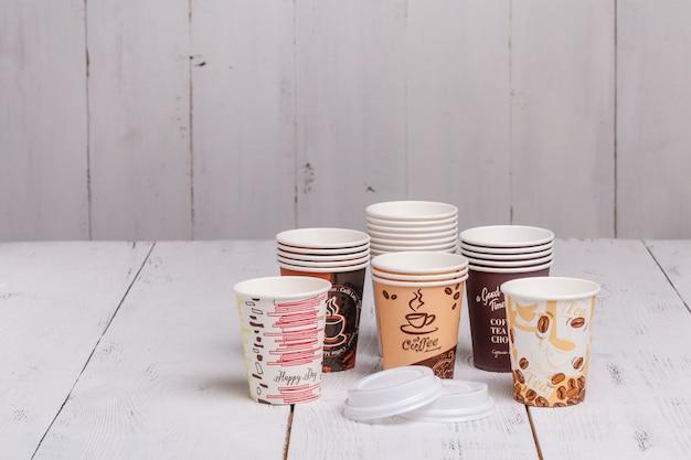 Jednorazowe Papierowe Kubki Do Kawy Na Drewniany Stół Premium Zdjęcia