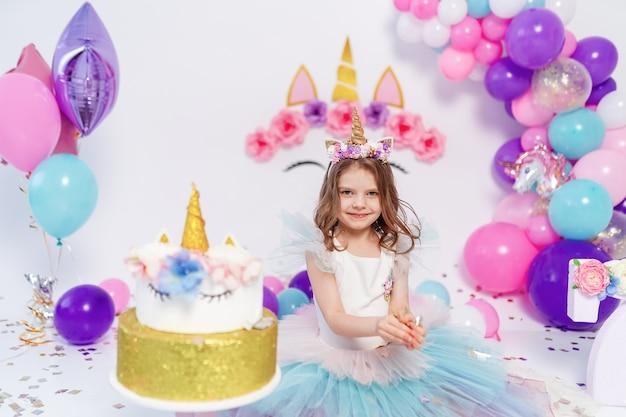 Jednorożec Dziewczyna Rzuca Konfetti Na Przyjęcie Urodzinowe Premium Zdjęcia