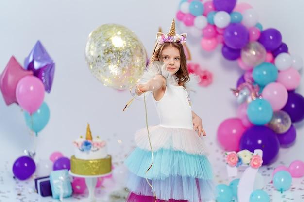 Jednorożec Dziewczyna Trzyma Balon Złotym Konfetti Na Przyjęcie Urodzinowe Premium Zdjęcia
