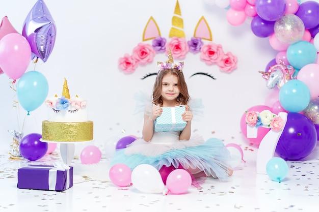 Jednorożec Dziewczynka Gospodarstwa Pudełko Na Przyjęcie Urodzinowe Premium Zdjęcia
